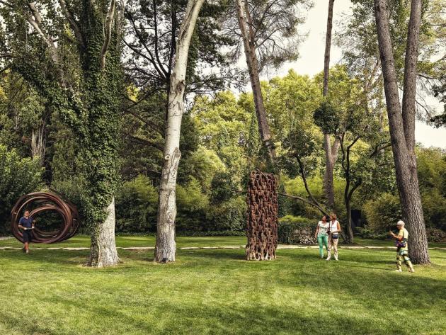 """A gauche, """"Three Indeterminate Lines"""" (2008), de Bernar Venet ; à droite, """"Déchaînés"""" (1991), d'Arman."""