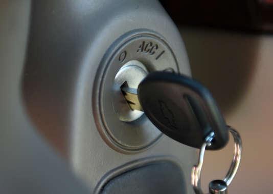 Une clé dans l'allumage d'une Chevrolet Cobalt en 2005.