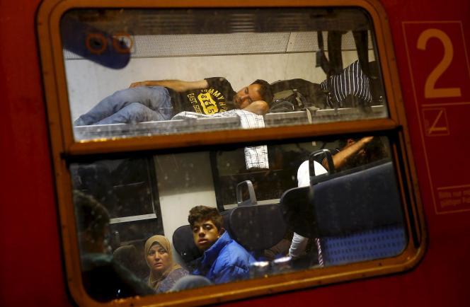Des migrants arrivent en train pour se rendre dans un centre d'enregistrement des réfugiés à Hanau, près de Francfort, le 17 septembre.