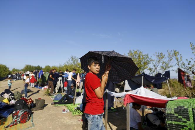 Des migrants syriens installés le long du'une route, près d'Edirne (Turquie), près de la frontière grecque, le 17 septembre.
