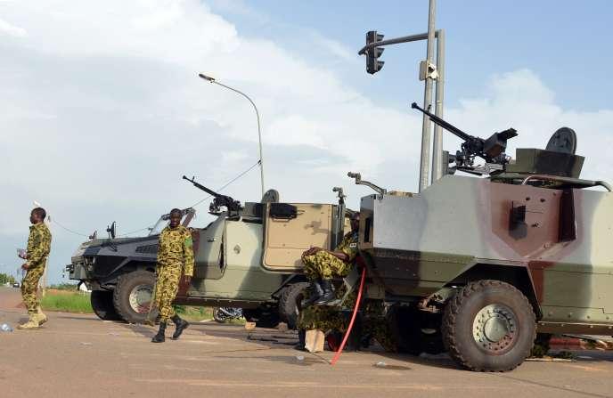 Des militaires devant le palais présidentiel, le 17 septembre.