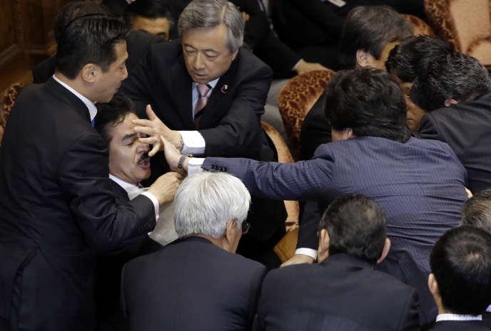 Des membres de l'opposition et de la coalition au pouvoir ont encerclé le président d'une commission et se sont bousculés et empoignés vigoureusement, jeudi17septembre.