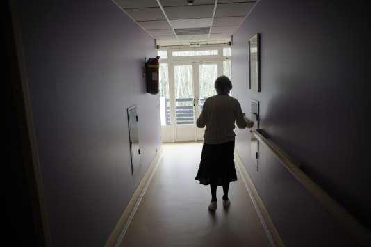 Une patiente atteinte de la maladie d'Alzheimer, à Angervilliers (Essonne), le 18 mars 2011. 225 000 nouveaux cas sont diagnostiqués chaque année en France.