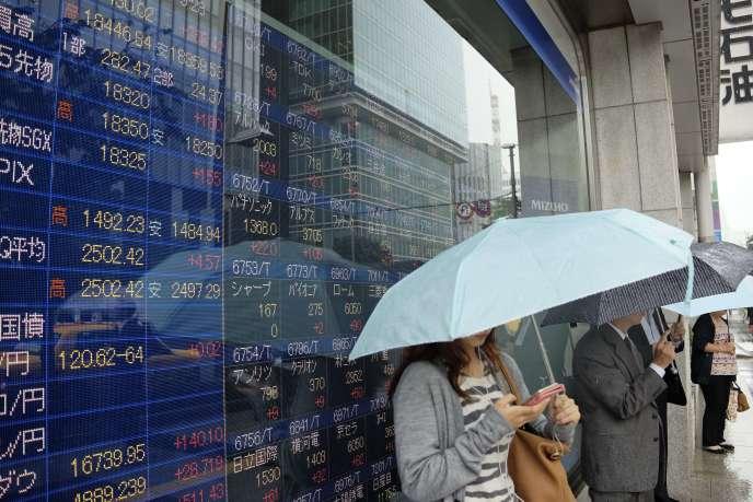 Malgré la décision de Standard & Poor's, la Bourse de Tokyo a ouvert en hausse de1%, le 17 septembre 2015.
