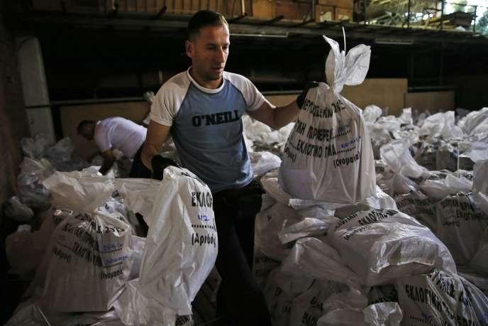 Des employés municipaux préparent les sacs contenant les bulletins de votes dans un dépôt à Athènes le 17 septembre 2015.
