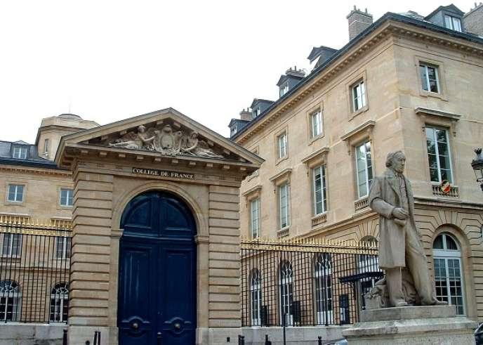 Vue de l'entrée du Collège de France, à Paris.