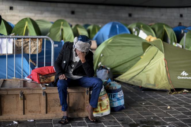 Lors du démantèlement du campement de migrants près de la gare d'Austerlitz, à Paris, jeudi 17 septembre.