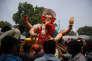 Des fidèles hindous portent une statue de Ganesh, lors d'une cérémonie dédiée au dieu à tête d'éléphant, à Ahmadabad, en Inde, en septembre 2015.
