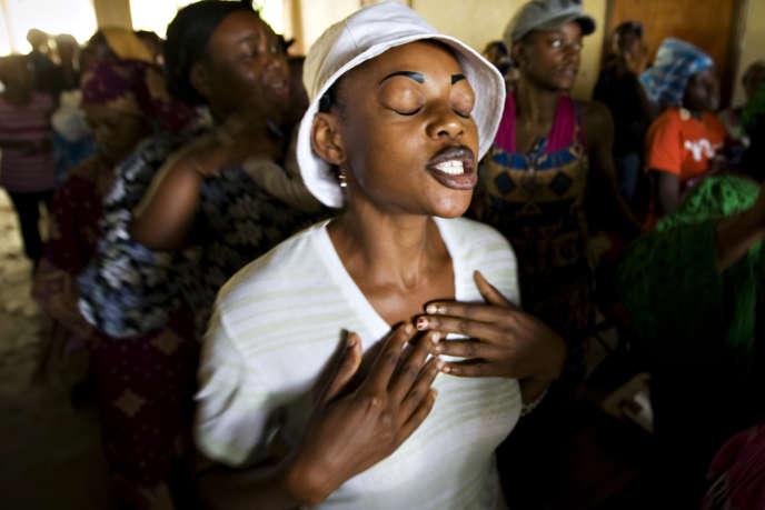 Une jeune femme prie au sein du groupe charismatique Fraternité Ephphata à l'occasion de la visite du pape au Cameroun en 2009.