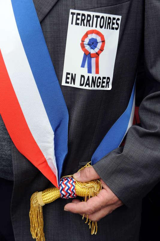 L'Association des maires de France appelle les élus et leurs concitoyens à protester samedi contre la diminution rapide et importantes de l'enveloppe de l'Etat aux collectivités.