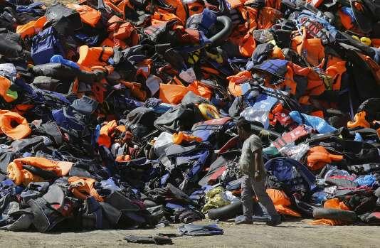 Bateaux gonflables et gilets de sauvetage abandonnés sur l'île grecque de Lesbos par les réfugiés le 18 septembre.