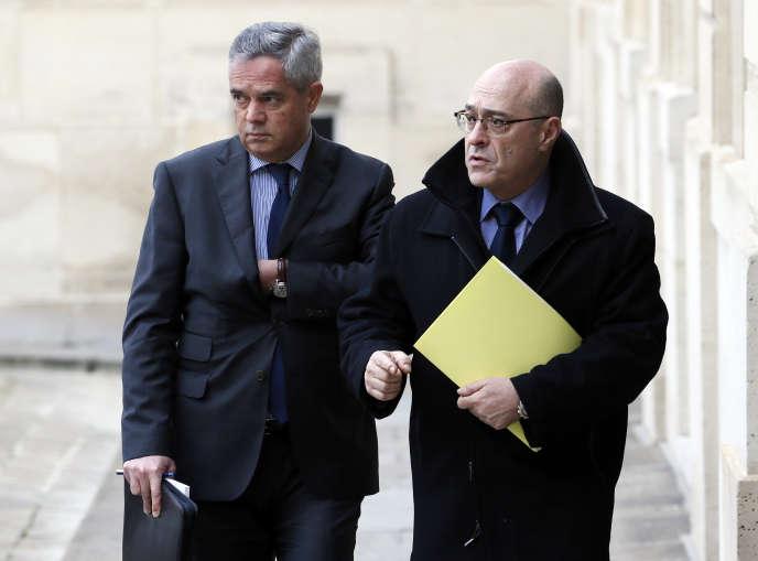 Le patron de la Direction générale de la sécurité intérieure, Patrick Calvar, à gauche, avec le directeur de la Police nationale, Jean-Marc Falcone, en janvier 2015.