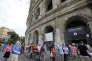 Des touristes font la queue devant le Colisée, fermé pour cause de grève, le 18 septembre.