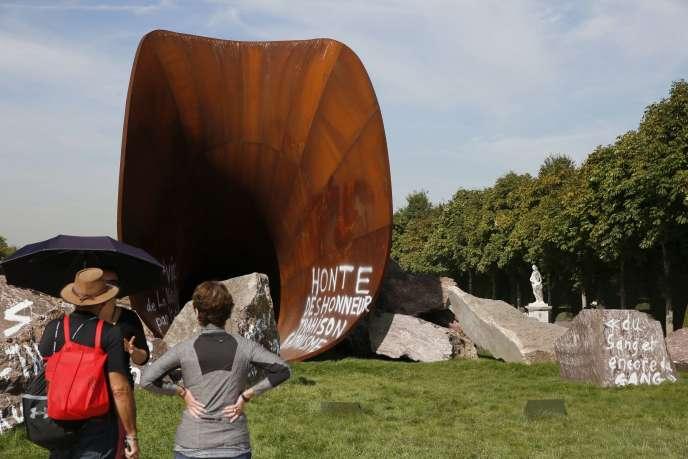 Surnommée le « Vagin de la reine », la sculpture monumentale, une trompe d'acier de 60 m de long à la connotation sexuelle évidente, a été vandalisée trois fois depuis juin, dont deux ces dernières semaines.