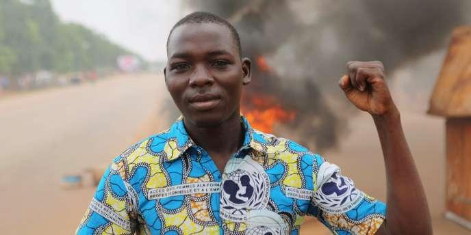 Un manifestant, à Ouagadougou, au Burkina Faso, le 18 septembre.