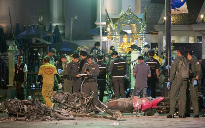La police scientifique procède à des analyses sur le site de l'attentat qui a frappé Bangkok, le 17août.