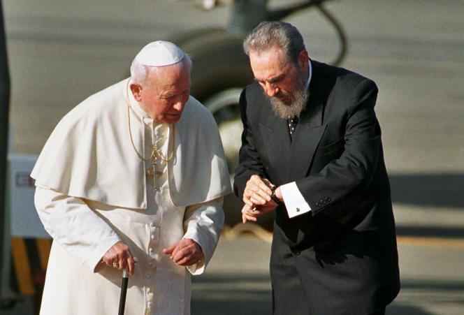 Le 21 janvier 1998, le président cubain, Fidel Castro, reçoit le pape Jean Paul II à La Havane.
