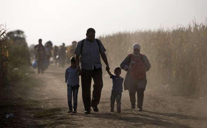 Des migrants, le 19 septembre 2015, le long de la frontière serbo-croate.
