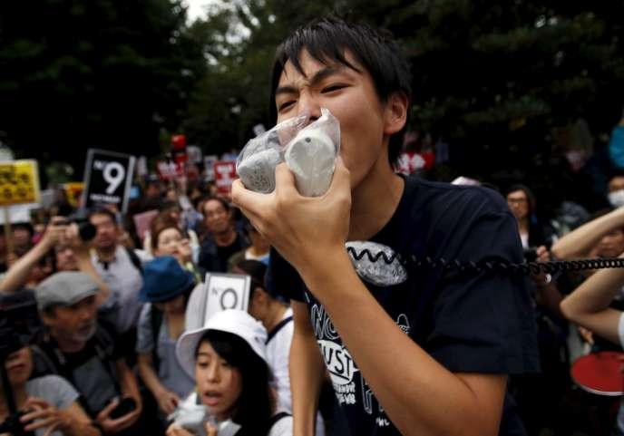 Des membres des SEALDs lors d'une manifestation contre les lois sécuritaires du premier ministre Shinzo Abe, à Tokyo, le 18 septembre 2015.