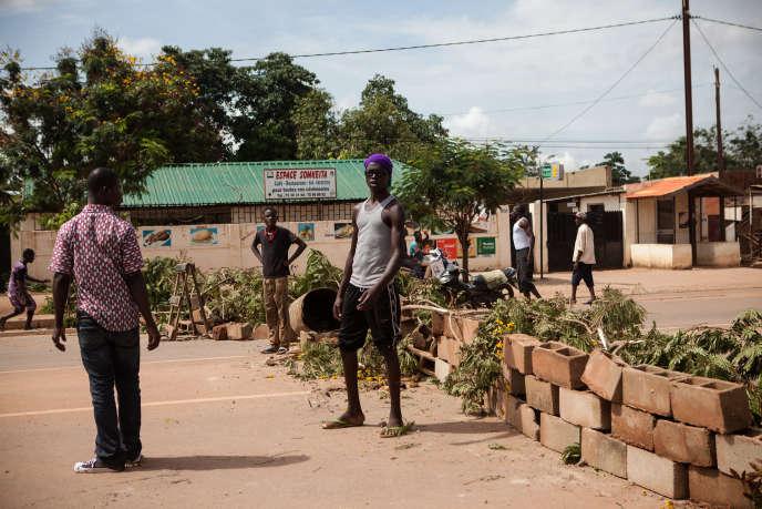 Barricades dans le quartier Gounghin à Ouagadougou. Les burkinabè tentent de résister dans différents quartiers de la capitale. Les soldats continuent de tirer sans sommation dans les rues pour disperser tout rassemblement.