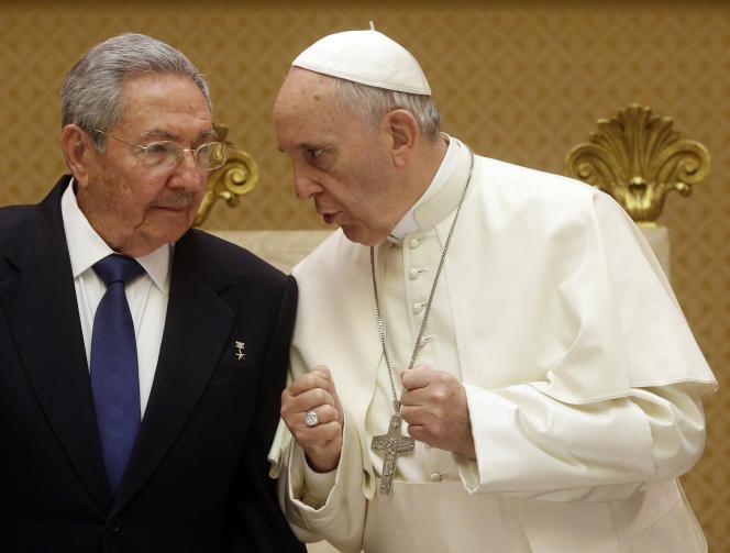 Rencontre entre le président cubain, Raul Castro, et le pape François, au Vatican, le 10 mai 2015.