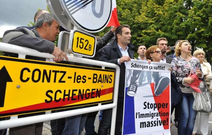 Le vice-president du FN, Florian Philippot, et des sympatisants, le 19 septembre 2015 à Schengen.