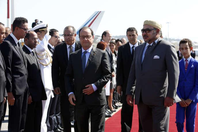 Le chef de l'Etat a été accueilli par le roi Mohammed VI à sa descente d'avion à Tanger.