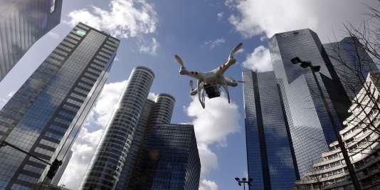Le survol des zones à forte densité et, bien sûr, l'approche des aéroports sont interdits aux drones de loisirs.
