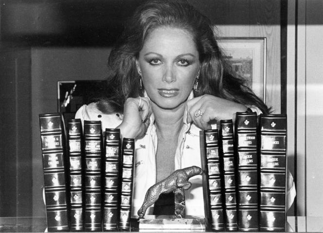 Jackie Collins dans sa maison à Beverly Hills, en Californie, en 1984. La romancière d'origine britannique, qui a vendu plus de 400 millions de livres dans le monde pendant sa carrière, est morte d'un cancer du sein le samedi 19 septembre.