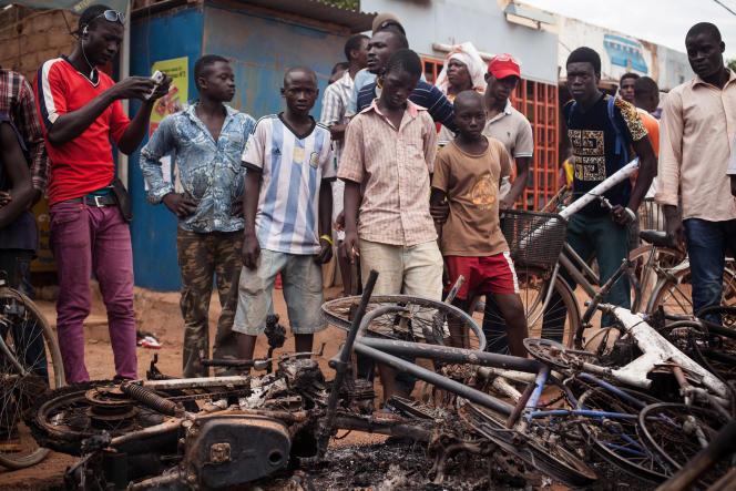 Dans le quartie de Kaatr-yaar, à Ouagadougou, des habitants témoignent des violences du RSP venant de ratisser les rues, samedi 19 septembre. Les soldats ont incendiés un maquis et les motos de riverains après les avoir passé à tabac. Les tirs se poursuivent alentours.