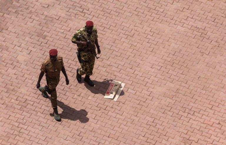 A Ouagadougou, devant l'hôtel où se tiennent les discussions sur une sortie de crise au Burkina Faso, le 20 septembre.