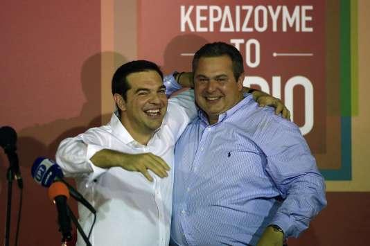 Alexis Tsipras, à gauche, célèbre sa victoire avec le chef de file du parti souverainiste des Grecs indépendants, Panos Kammenos, le 20 septembre à Athènes.