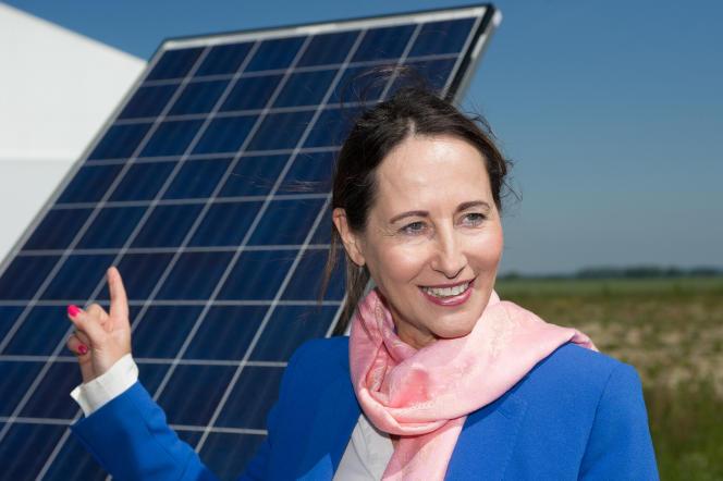 La ministre de l'écologie, Ségolène Royal, inaugure un parc photovoltaïque à Thouars, en mai 2014.