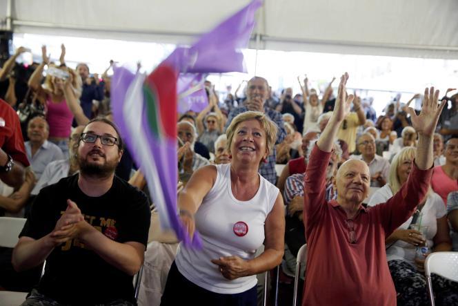 Des militants de Syriza réagissent à l'annonce des premières estimations qui donnent leur parti en tête des estimations pour l'élection législative du 20 septembre.