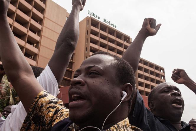 Des opposants au coup d'Etat militaire manifestent devant l'hôtel Libya où ont lieu les négociations dimanche 20 septembre.