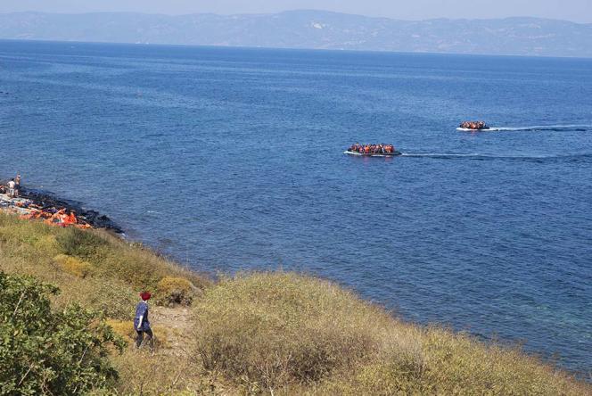 Des réfugiés arrivent sur l'île grecque de Lesbos, le 20 septembre 2015.