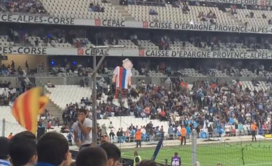 Une poupée gonflable à l'effigie de Mathieu Valbuena a été pendue à un gibet lors de la rencontre opposant son ancienne et sa nouvelle équipe, l'Olympique de Marseille et l'Olympique lyonnais.