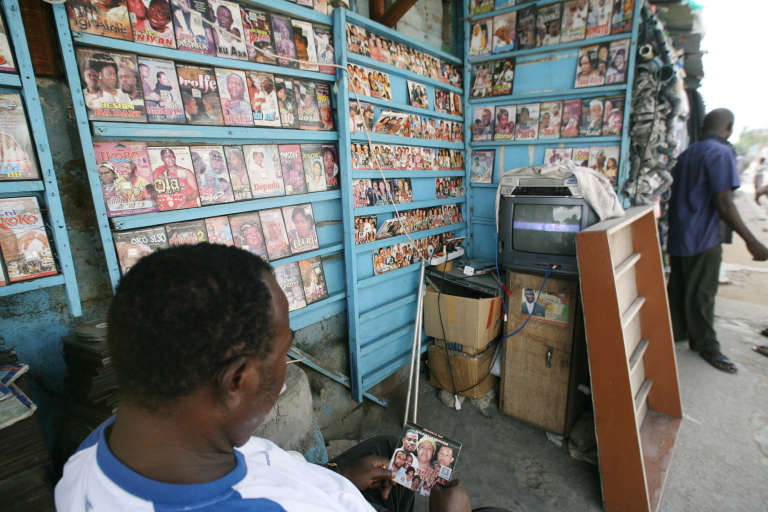 Vendeur de films de Nollywood à Abidjan (Côte d'Ivoire).