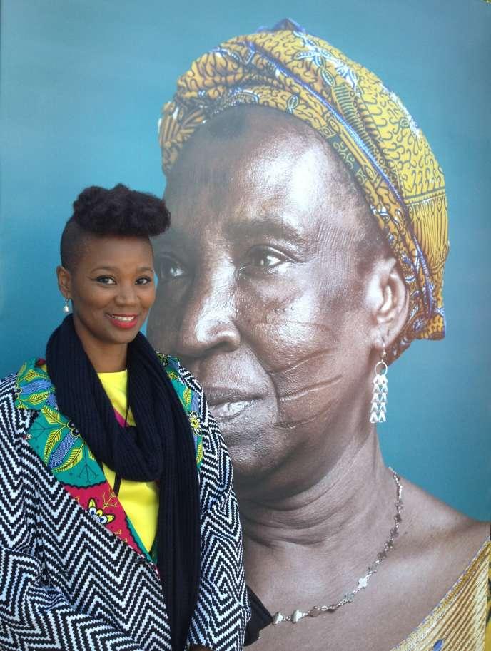 Joana Choumali devant une photo de son exposition dans le cadre du festival Photoquai, au Musée du quai Branly à Paris.