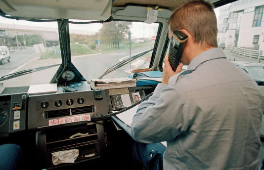 A La Talaudière, près de Saint-Etienne, les services de police sont intervenus lundi21septembre pour permettre la sortie de plusieurs véhicules blindés de transport de fonds de l'agence.