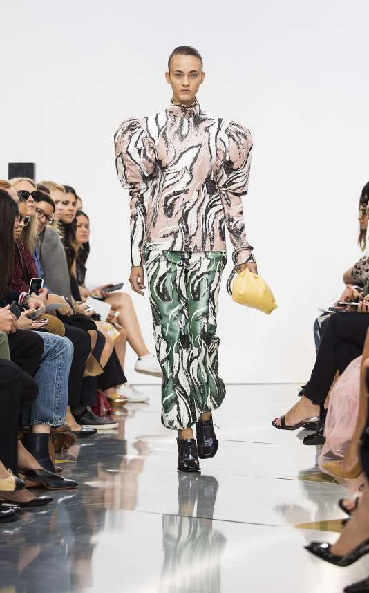 Un modèle de la collection J.W. Anderson printemps-été 2016, présentée à la Fashion Week de Londres le  19 septembre  2015.