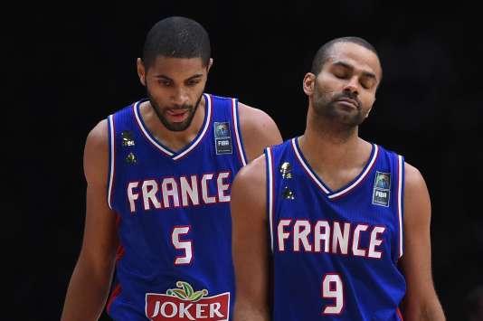 Les joueurs français Nicolas Batum et Tony Parker durant le match France-Espagne à l'EuroBasket  à Lille le 17 septembre 2015.