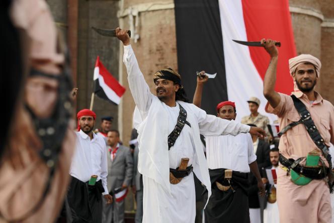 Des partisans de la rébellion houtiste effectuent, le 21 septembre,  une danse de guerre traditionnelle pour marquer le premier anniversaire de la prise de la capitale du Yémen, Sanaa.