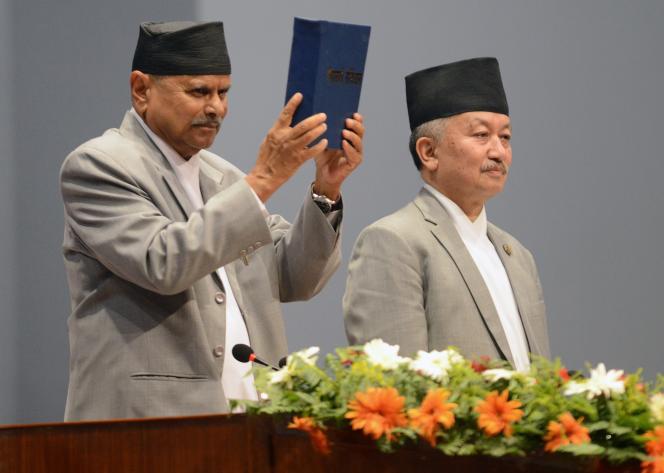 Le président népalais, Ram Baran Yadav, présente la nouvelle Constitution du pays à Katmandou, le 20 septembre.
