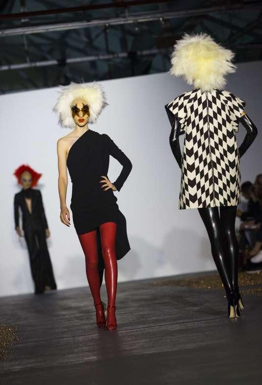 Les creations de Gareth Pugh pour la collection printemps-été 2016 présentées à la Fashion Week de Londres le 19 septembre 2015.