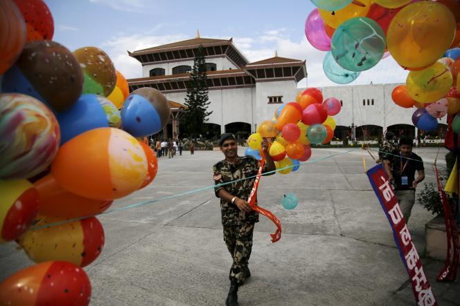 Un soldat népalais décore le Parlement avant la cérémonie de promulgation de la nouvelle Constitution, le 20 septembre, à Katmandou.