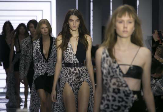 Défilé de la collection Versus Versace printemps-été 2016 à la Fashion Week  de Londres, le 19 septembre 2015.