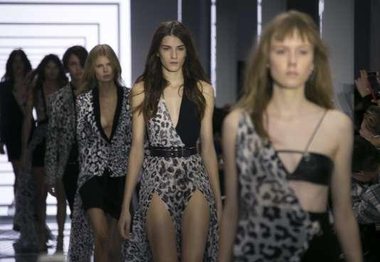 Défilé de la collection Versus Versace printemps-été 2016 à la Fashion Week  de Londres, le 19 septembre 2015.