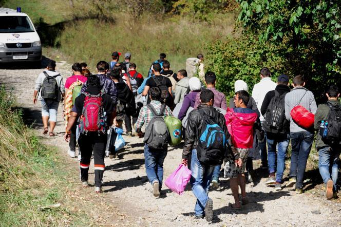Des migrants marchent jusqu'à la frontière entre la Croatie et la Hongrie, lundi 21 septembre.