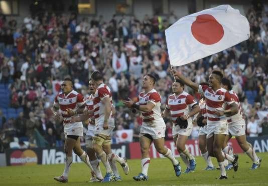 Les joueurs japonais célèbrent leur exploit contre l'Afrique du Sud, samedi19septembre, à Brighton.